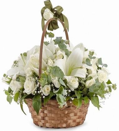 Sepette Beyaz Güller Ve Lilyum Aranjmanı